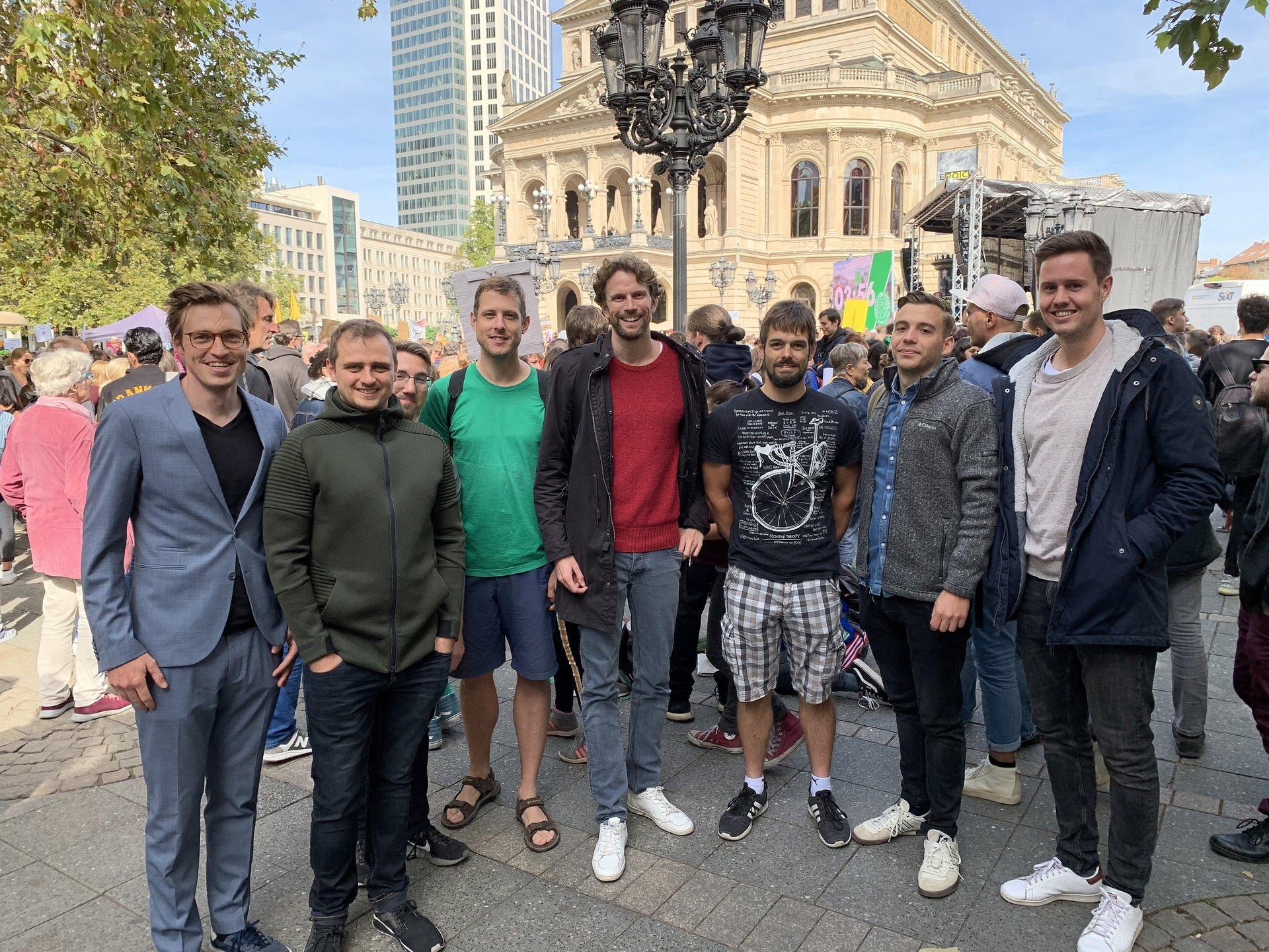 Das Team von node.energy um Gründer Matthias Karger (Mitte) vor der Alten Oper in Frankfurt.