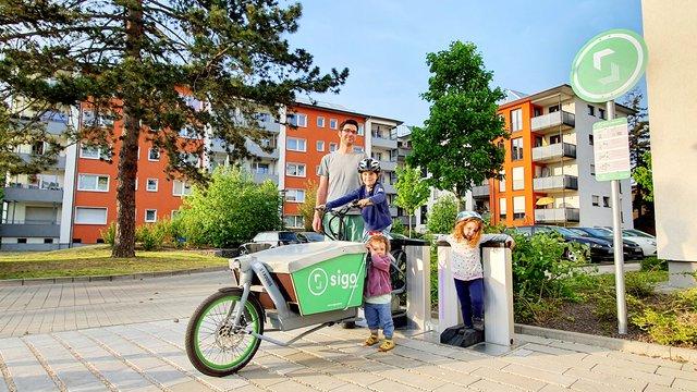 Ein E-Lastenbike von Sigo an einer der Ausleihstationen mit Induktionsaufladung.