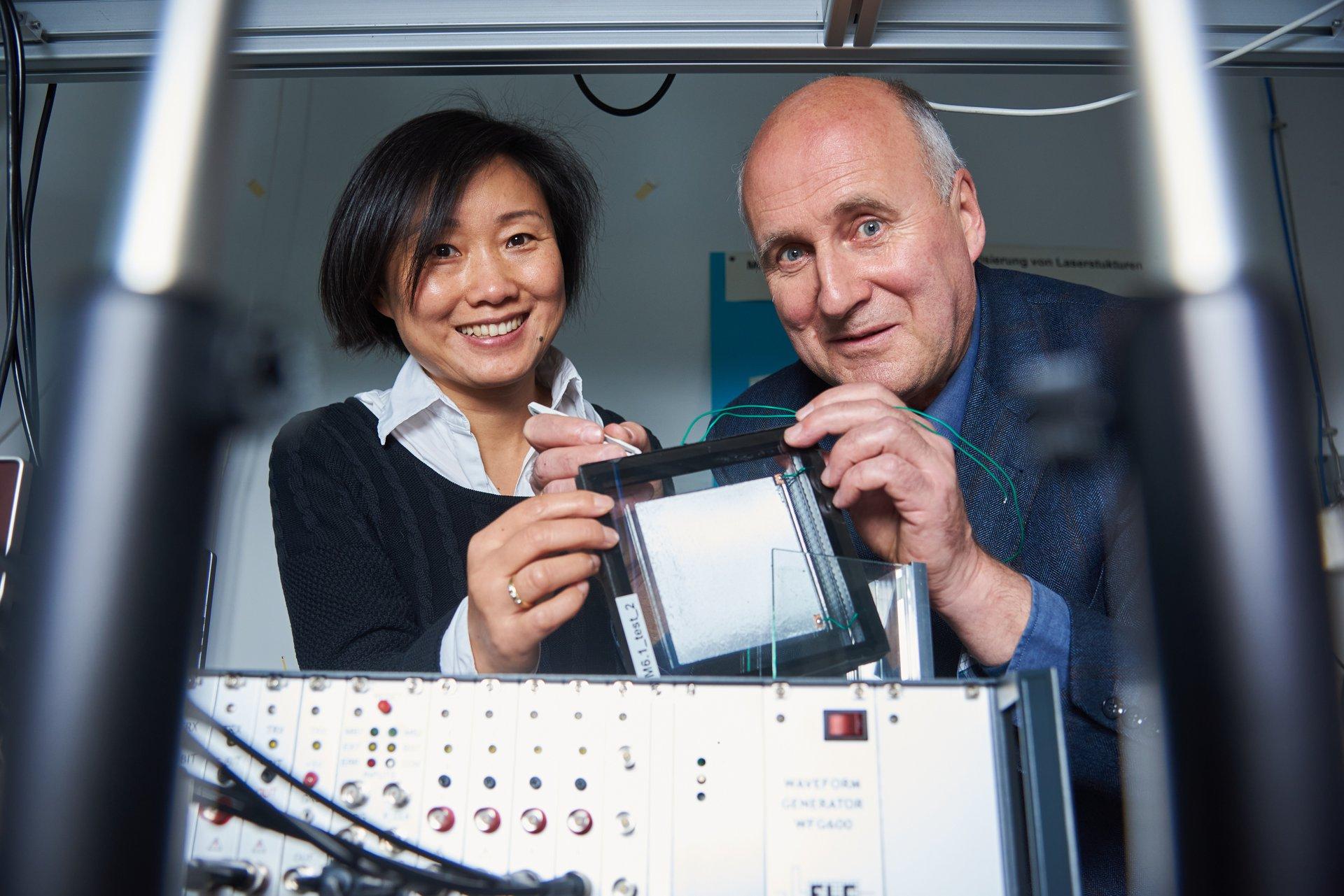 Prof. Dr. Hartmut Hillmer und Guilin Xu, zwei der Founder von Nanoscale Glasstec.